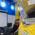 Le Dr. Willibrord Shasha présente un prototype de la nouvelle combinaison à Baltimore, le 18 décembre 2014. AFP PHOTO/PAUL J. RICHARDS