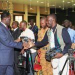 Le président du Faso,Michel Kafando(à gauche) saluant les reporters des médias à Dédougou.