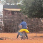 Un pilleur de riz au sac jaune à Ouagadougou sur une moto sans vergogne !