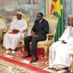 Le chef de l'Etat (en costume sombre)a remercié l'ensemble des leaders religieux du Burkina Faso pour leurs apports dans la construction d'un Burkina de paix.