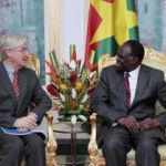 Le Chef de la Délégation de l'Union Européenne au Burkina Faso, Alain Holleville(à gauche) et le président du Faso Michel Kafando.