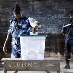 Au Togo, les forces de l'ordre ont voté par anticipation pour la présidentielle, le jeudi 22 avril 2015. AFP PHOTO / ISSOUF SANOGO