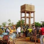 Des femmes attendent souvent plus d'une dizaine d'heures à ce forage pour obtenir de l'eau tellement c'est une foule immense qui s'y bouscule par jour. (Photo laborpresse.net)