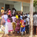 Des élèves et parents d'élèves lors du retrait des bulletins de fin d'année le 04 juillet 2015 au Lycée privé la Cour du Savoir à Ouagadougou.