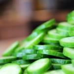 Consommer le concombre avec sa peau est très bon pour la santé, il est riche en potassium, en vitamine C, en vitamine K, en manganèse, en phosphore, en magnésium, en acide pantothénique et en vitamine A.