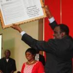 Le Président du Faso,Michel Kafando tenant l'affiche du pacte de bonne conduite.Le Conseil supérieur de la communication (CSC) s'engage à jouer un rôle de veille pour l'application du présent pacte.