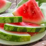 Il y a plusieurs raisons pour manger la pastèque : les grains élargissent les vaisseaux sanguins, baissent la tension et améliorent les fonctions des reins.