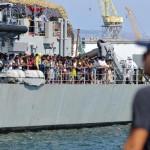 Des migrants rescapés du naufrage de leur embarcation arrivent à Palerme, en Sicile, à bord du navire militaire irlandais Niamh, le 6 août 2015. REUTERS/Guglielmo Mangiapane