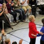 Hillary Clinton avec la mère d'une des victimes de la tuerie de Newtown qui avait fait 28 morts dans une école en décembre 2012, le 5 octobre 2015. REUTERS/Brian Snyder