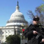Un policier sécurise la zone entourant le Capitole, cible d'un tireur isolé, mardi 28 mars 2016. REUTERS/Joshua Roberts