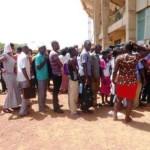 Des candidats en rang pour le dépôt de dossiers aux concours directs de la Fonction publique burkinabè.