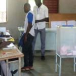 Une urne peu pleine dans la matinée du 22 mai 2016 à Ouagadougou.