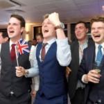 Dans la nuit de jeudi à vendredi, les supporters britanniques de la sortie de l'UE fêtent leur victoire, ici à Londres. REUTERS/Toby Melville TPX IMAGES OF THE DAY
