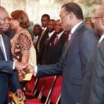 Le président ivoirien Alassane Ouattara salue le chef du FPI, Pascal Affi N'Guessan après une réunion sur la question du projet de réforme constitutionnelle à Abidjan, le 7 juin 2016. © Handout / IVORY COAST PRESIDENCY / AFP