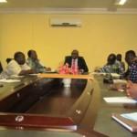 Le ministre de la communication(au centre)Rémis Dandjinou échangeant à battons rompus avec des responsables de médias sur les orientations du Service d'Information du Gouvernement(SIG).