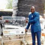 Le PDG d'Abdoul-service(à droite en tenue bleue) remettant les couveuses au DG du CHU Yalgado.