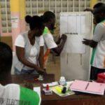 Les agents électoraux dans un bureau d'Abidjan, lors du référendum du 30 octobre 2016. © REUTERS/Luc Gnago
