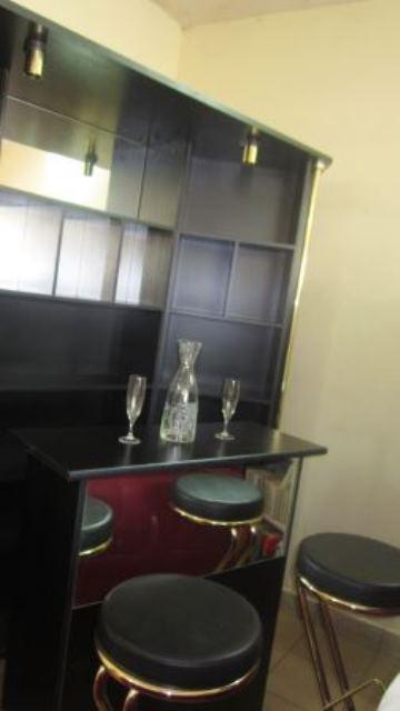 Un kiosque préfabriqué pour bar avec des sièges confortables.