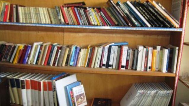 Une bibliothèque d'ouvrages littéraires,historiques et encyclopédiques de plusieurs pays:Allemagne,Belgique,Suisse,Japon,Italie,Espagne,Canada,Maroc,Algérie etc...