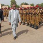 Le Président du Faso Roch Marc Christian Kaboré passant en revue des troupes militaires le 1er novembre 2016 à Ouagadougou lors de la commémoration du 56è anniversaire de l'armée burkinabè.