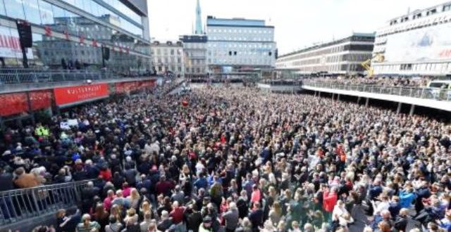 A Stockholm, des milliers de Suédois font corps contre le terrorisme