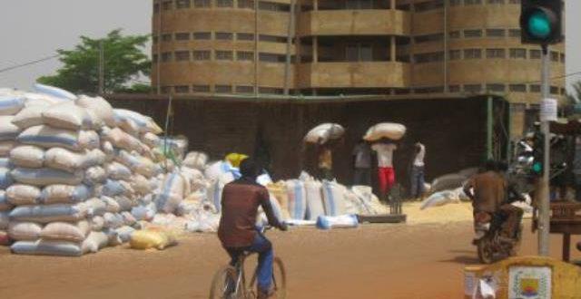 Un camion de céréales renversé sur la voie publique à Ouagadougou