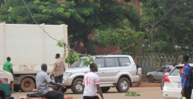 Un camion surchargé casse un câble électrique sur la voie publique à Ouagadougou