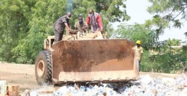 Boissons frelatées au Burkina: le ministère du commerce détruit des millions de stocks saisis