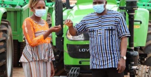 Burkina Faso : remise de 12 tracteurs à des coopératives agricoles de la région de la Boucle du Mouhoun