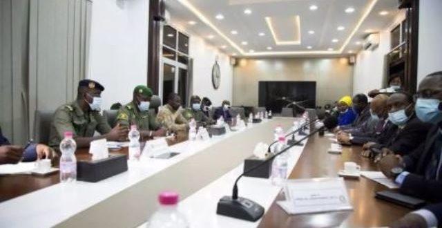 Concertations au Mali: adoption d'une charte pour une transition de 18 mois
